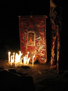 The Image of the Lord of Qoyllur Rit'i (http://en.wikipedia.org/ wiki/File:Qoyllur_R%27Iti_Shrine_by_night.jpg) (Photo: AgainErick)