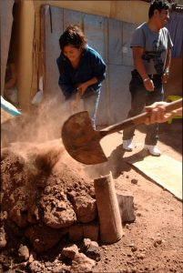 Placing Dirt on the Tamped Down Oven (Photo: Arnold Fernandez Coraza)