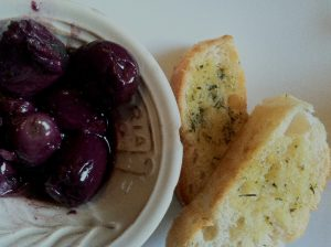 Marinated Olives and Bread, Appetizer (PHoto: Wayra)