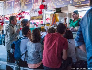 Eating Hot Food in the Market (Photo: Wayra)