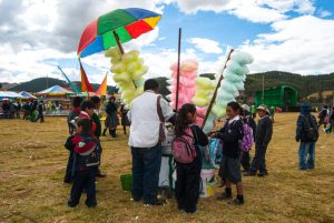 Selling Cotton Candy of Different Colors (Photo: Walter Coraza).