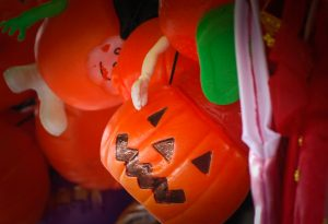 Plastic Pumpkins for Halloween (Photo: Walter Coraza M)