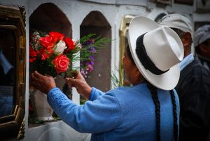 Leaving Flowers to Her Deceased Family at Almudena Cemetery (Photo: Wayra)