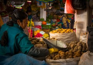 Selling Potatoes in the Market (Photo: Wayra)
